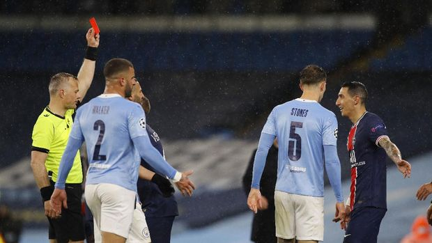 Soccer Football - Champions League - Semi Final Second Leg - Manchester City v Paris St Germain - Etihad Stadium, Manchester, Britain - May 4, 2021 Paris St Germain's Angel Di Maria is shown a red card by referee Bjorn Kuipers REUTERS/Phil Noble