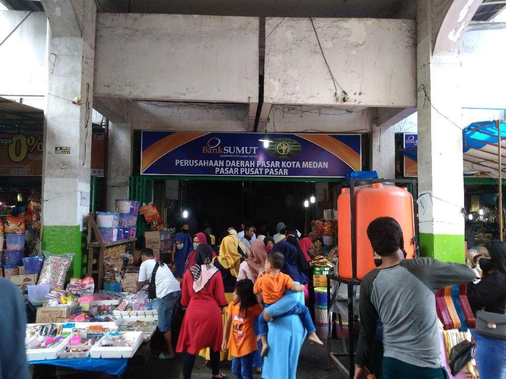 Pajak Central Medan Dipadati Warga Jelang Lebaran, Pedagang Senang