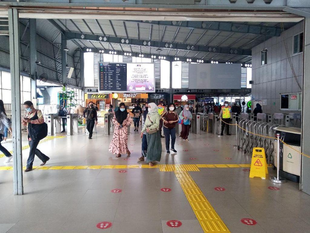 Dijaga TNI-Polri, Begini Suasana Stasiun Tanah Abang Pagi Ini