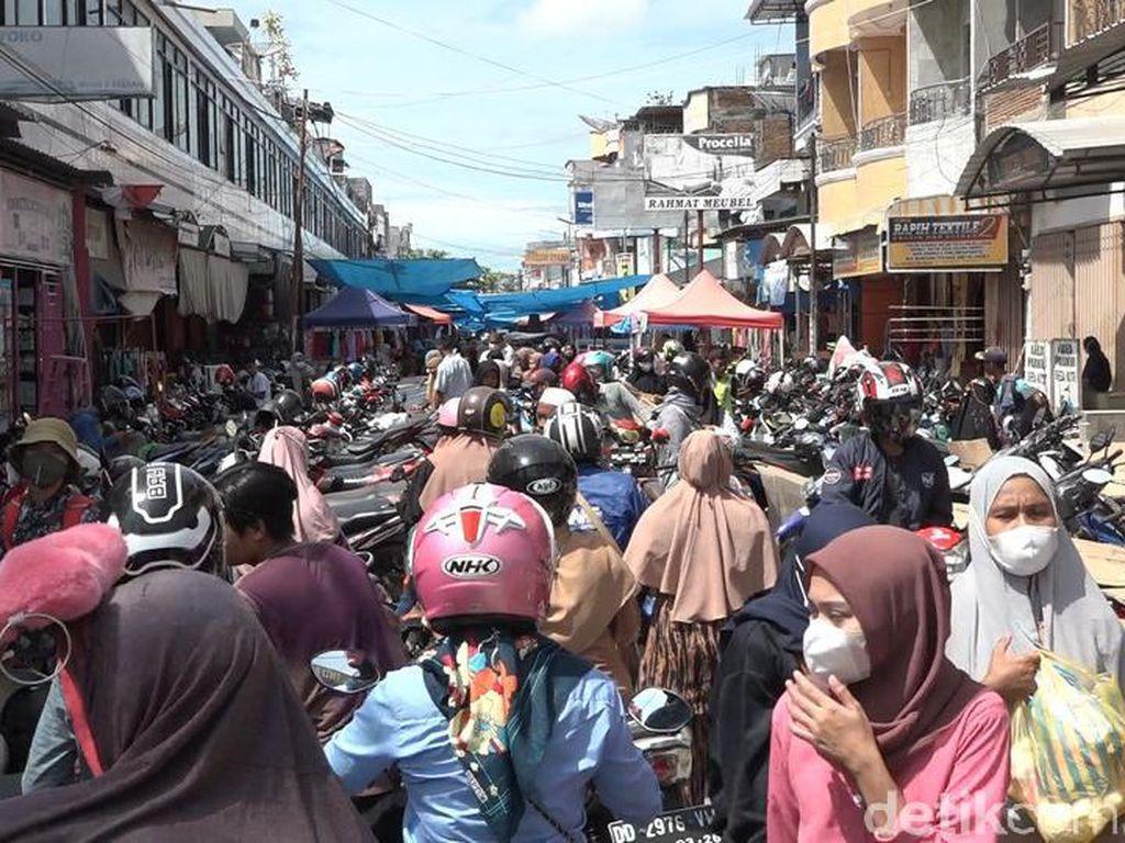 Warga Polman Padati Pasar Jelang Lebaran, Banyak Tak Pakai Masker
