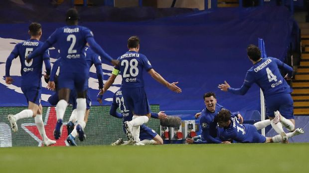 Chelsea's Mason Mount, center, celebrates with his teammates after scoring his side's second goal, during the Champions League semifinal 2nd leg soccer match between Chelsea and Real Madrid at Stamford Bridge in London, Wednesday, May 5, 2021. (AP Photo/Alastair Grant)