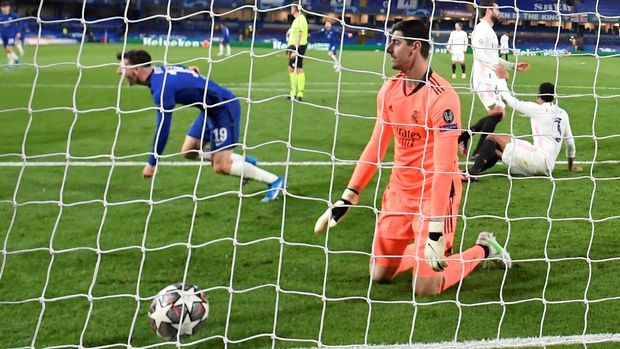 Soccer Football - Champions League - Semi Final Second Leg - Chelsea v Real Madrid - Stamford Bridge, London, Britain - May 5, 2021 Real Madrid's Thibaut Courtois reacts as Chelsea's Mason Mount celebrates scoring their second goal REUTERS/Toby Melville  REFILE - CORRECTING GOAL