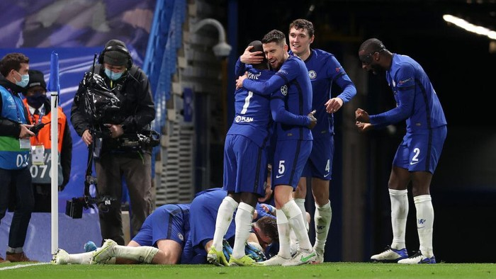 LONDON, ENGLAND - MAY 05: Jorginho, Ngolo Kante, Andreas Christensen and Antonio Ruediger of Chelsea celebrate after Mason Mount (obstructed) scored their teams second goal during the UEFA Champions League Semi Final Second Leg match between Chelsea and Real Madrid at Stamford Bridge on May 05, 2021 in London, England. Sporting stadiums around Europe remain under strict restrictions due to the Coronavirus Pandemic as Government social distancing laws prohibit fans inside venues resulting in games being played behind closed doors. (Photo by Clive Rose/Getty Images)