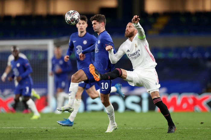 LONDON, ENGLAND - MAY 05: Christian Pulisic of Chelsea is challenged by Sergio Ramos of Real Madrid during the UEFA Champions League Semi Final Second Leg match between Chelsea and Real Madrid at Stamford Bridge on May 05, 2021 in London, England. Sporting stadiums around Europe remain under strict restrictions due to the Coronavirus Pandemic as Government social distancing laws prohibit fans inside venues resulting in games being played behind closed doors. (Photo by Clive Rose/Getty Images)