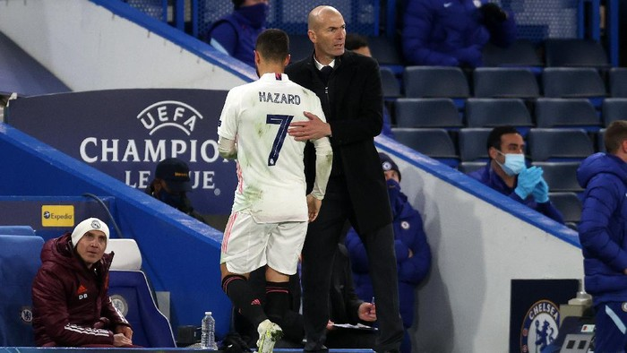 LONDON, ENGLAND - MAY 05: Eden Hazard of Real Madrid interacts with Zinedine Zidane, Head Coach of Real Madrid as he leaves the pitch during the UEFA Champions League Semi Final Second Leg match between Chelsea and Real Madrid at Stamford Bridge on May 05, 2021 in London, England. Sporting stadiums around Europe remain under strict restrictions due to the Coronavirus Pandemic as Government social distancing laws prohibit fans inside venues resulting in games being played behind closed doors. (Photo by Clive Rose/Getty Images)