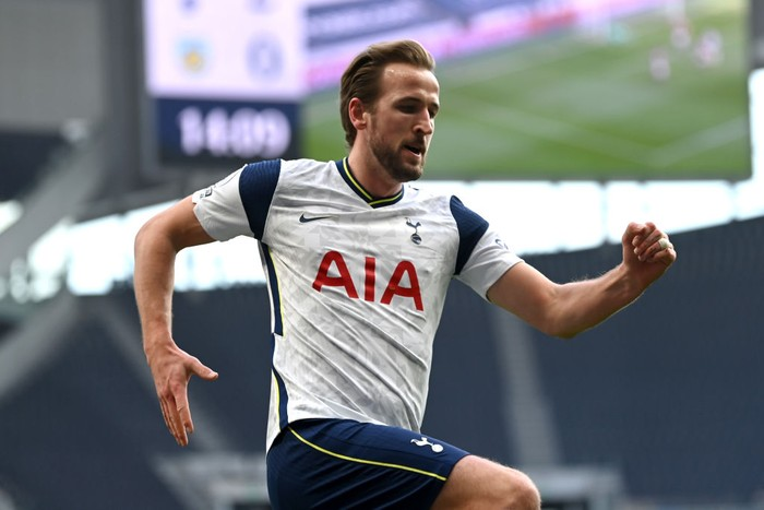 LONDON, ENGLAND - FEBRUARY 28: Harry Kane of Tottenham Hotspur celebrates after scoring their sides second goal during the Premier League match between Tottenham Hotspur and Burnley at Tottenham Hotspur Stadium on February 28, 2021 in London, England. Sporting stadiums around the UK remain under strict restrictions due to the Coronavirus Pandemic as Government social distancing laws prohibit fans inside venues resulting in games being played behind closed doors. (Photo by Daniel Leal Olivas - Pool/Getty Images)