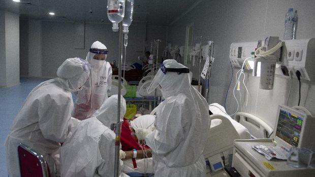 Sejumlah tenaga kesehatan merawat pasien positif COVID-19 di Rumah Sakit Darurat COVID-19 (RSDC), Wisma Atlet, Kemayoran, Jakarta, Rabu (5/5/2021). Berdasarkan data dari pengelola, jumlah pasien COVID-19 yang dirawat di RSDC Wisma Atlet Kemayoran saat ini cenderung menurun menjadi 1.364 pasien atau 22,7 persen dari total kapasitas 5.994 tempat tidur yang tersedia. ANTARA FOTO/M Risyal Hidayat/wsj.