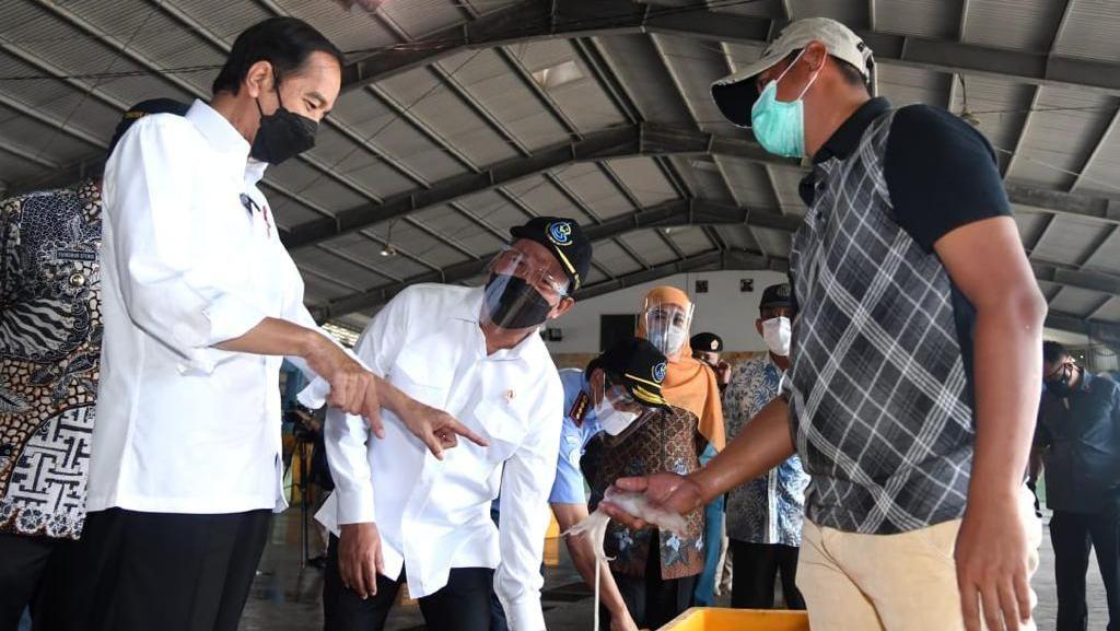 Ke Jatim, Jokowi Dialog Bareng Nelayan dan Tinjau Pabrik Perikanan