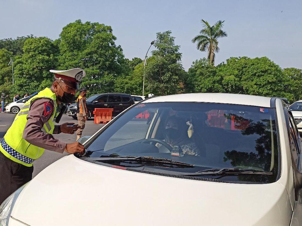 Nekat Masuk Surabaya Tanpa SIKM, Sejumlah Kendaraan Putar Balik di Bundaran Waru