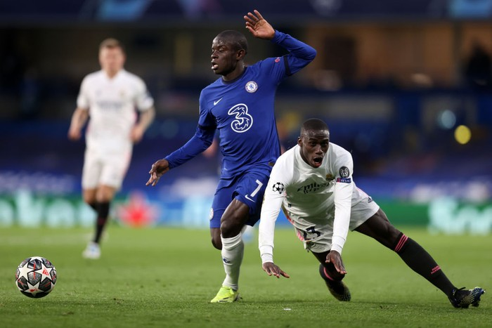 LONDON, ENGLAND - MAY 05: Ferland Mendy of Real Madrid battles for possession with Ngolo Kante of Chelsea during the UEFA Champions League Semi Final Second Leg match between Chelsea and Real Madrid at Stamford Bridge on May 05, 2021 in London, England. Sporting stadiums around Europe remain under strict restrictions due to the Coronavirus Pandemic as Government social distancing laws prohibit fans inside venues resulting in games being played behind closed doors. (Photo by Clive Rose/Getty Images)