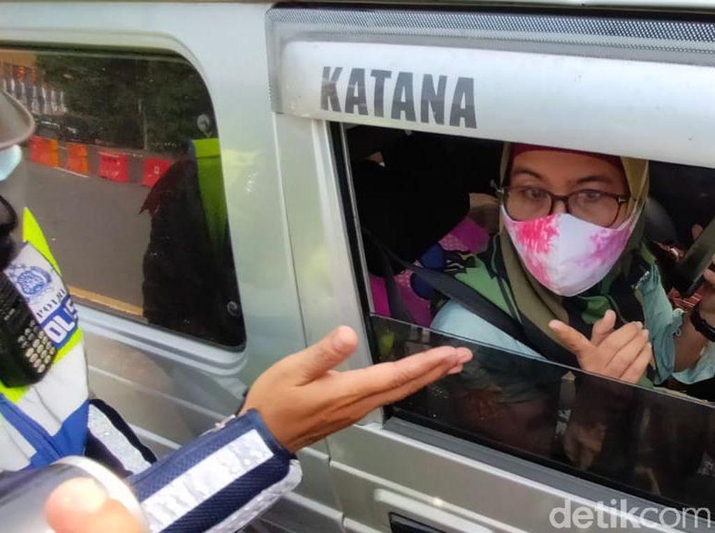 Saat Emak-emak Ngeyel Masuk Surabaya Meski Tak Bisa Tunjukkan Surat Tugas
