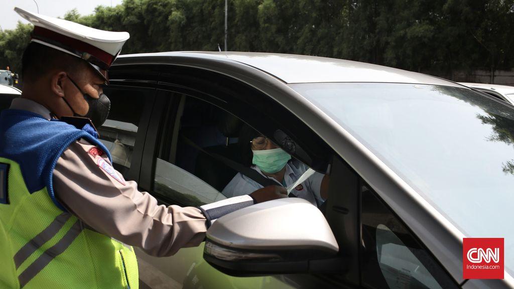 Aparat kepolisian melakukan penyekatan kendaraan dan pemeriksaan dokumen Surat Izin Keluar Masuk (SIKM) Mudik Lebaran 2021, di Gerbang Tol (GT) Cikarang Barat 3, tepatnya di KM 31 Tol Japek. Penyekatan dimulai pada pukul 00.00 WIB. Kamis (6/5/2021). CNN Indonesia/Andry Novelino