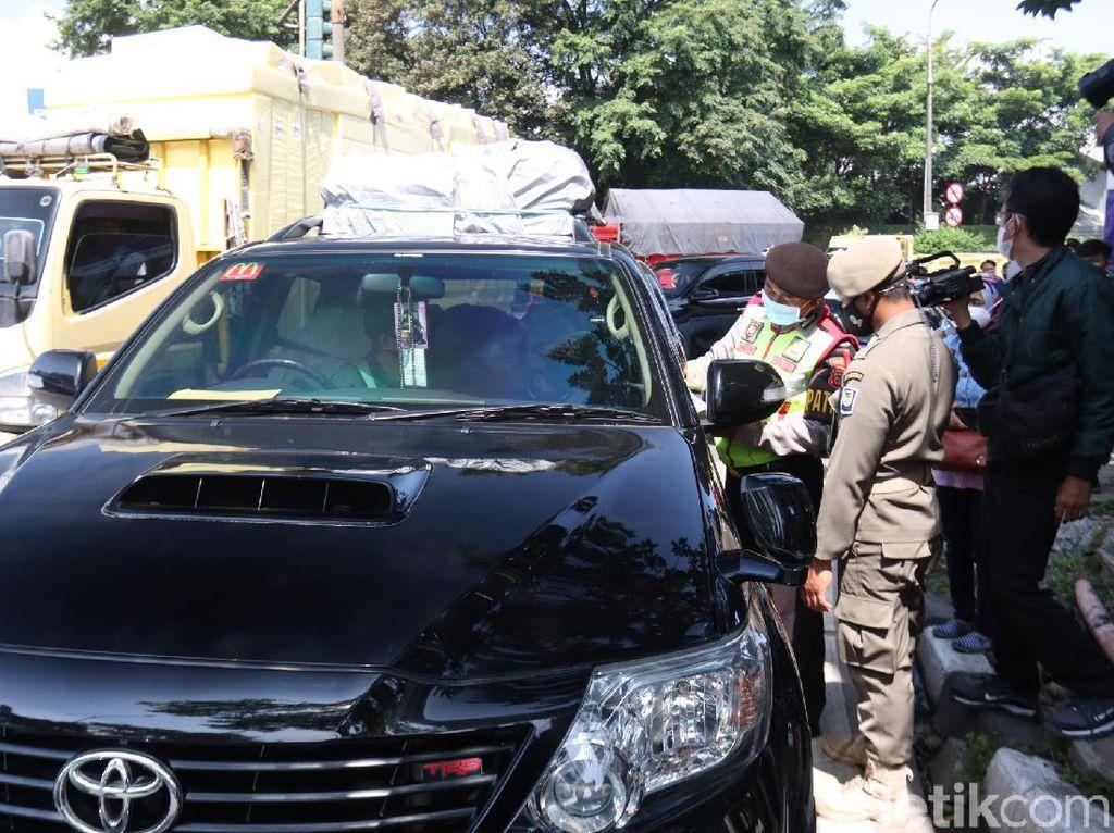 Petugas Putar Balik Kendaraan Pemudik di Exit Tol Buahbatu Bandung