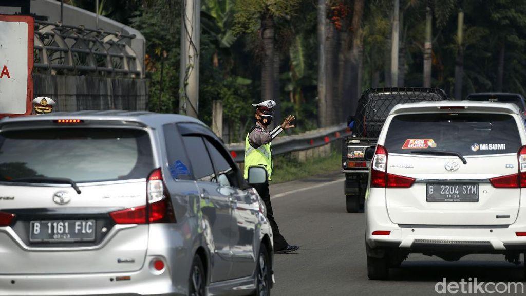Polisi Hadang Pemudik di Tol Bekasi Barat