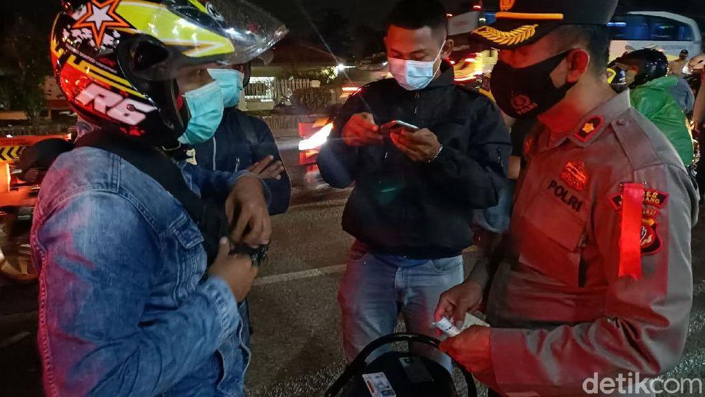 Polisi Putar Balik Puluhan Kendaraan di Karawang