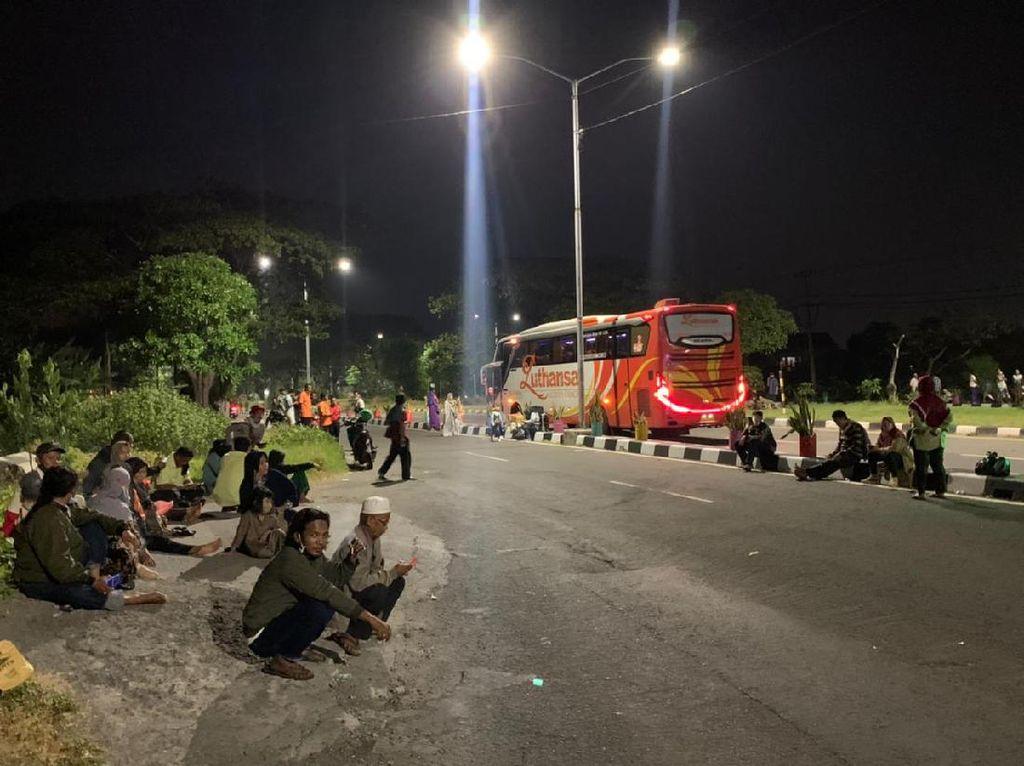 Larangan Mudik, Puluhan Penumpang Bus Tujuan Madura Terlantar di Suramadu