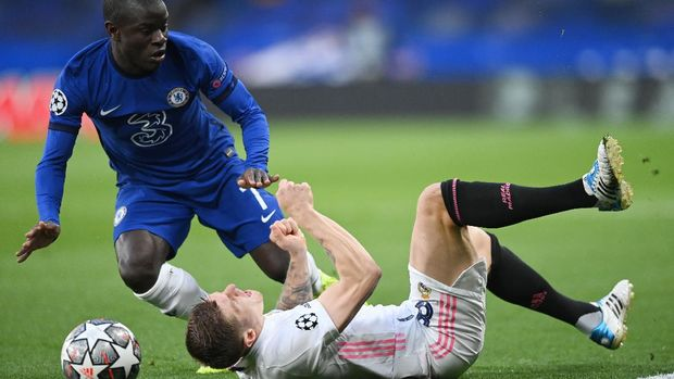 Soccer Football - Champions League - Semi Final Second Leg - Chelsea v Real Madrid - Stamford Bridge, London, Britain - May 5, 2021 Real Madrid's Toni Kroos in action with Chelsea's N'Golo Kante REUTERS/Toby Melville