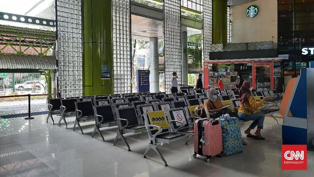 Puluhan bangku tunggu di Stasiun Gambir, Jakarta Pusat kosong pada hari pertama masa larangan mudik, Kamis (6/5).