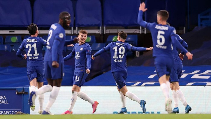 LONDON, ENGLAND - MAY 05: Timo Werner of Chelsea celebrates with teammates after scoring their teams first goal during the UEFA Champions League Semi Final Second Leg match between Chelsea and Real Madrid at Stamford Bridge on May 05, 2021 in London, England. Sporting stadiums around Europe remain under strict restrictions due to the Coronavirus Pandemic as Government social distancing laws prohibit fans inside venues resulting in games being played behind closed doors. (Photo by Clive Rose/Getty Images)