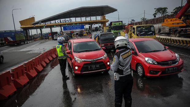Petugas gabungan melakukan simulasi penyekatan total larangan mudik lebaran di gerbang keluar Tol Cileunyi, Kabupaten Bandung, Jawa Barat, Rabu (5/5/2021). Simulasi yang dilakukan oleh petugas gabungan dari Satlantas Polresta Bandung dan Dishub Kabupaten Bandung tersebut merupakan bagian dari penerapan larangan mudik yang resmi berlaku pada Kamis (6/5/2021) hingga Senin (17/5/2021). ANTARA FOTO/Raisan Al Farisi/wsj.