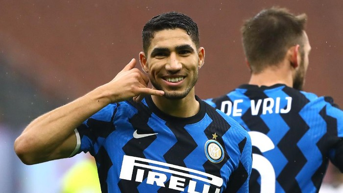 MILAN, ITALY - DECEMBER 20:  Achraf Hakimi of FC Internazionale celebrates after scoring the opening goal  during the Serie A match between FC Internazionale and Spezia Calcio at Stadio Giuseppe Meazza on December 20, 2020 in Milan, Italy.  (Photo by Marco Luzzani/Inter via Getty Images)