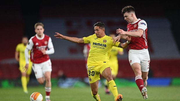 LONDON, ENGLAND - MAY 06: Kieran Tierney of Arsenal battles for possession with Yeremi Pino of Villarreal CF during the UEFA Europa League Semi-final Second Leg match between Arsenal and Villareal CF at Emirates Stadium on May 06, 2021 in London, England. Sporting stadiums around Europe remain under strict restrictions due to the Coronavirus Pandemic as Government social distancing laws prohibit fans inside venues resulting in games being played behind closed doors. (Photo by Shaun Botterill/Getty Images)