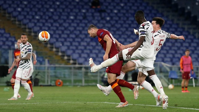 ROME, ITALY - MAY 06: Edin Dzeko of A.S Roma wins a header during the UEFA Europa League Semi-final Second Leg match between AS Roma and Manchester United at Stadio Olimpico on May 06, 2021 in Rome, Italy. Sporting stadiums around Europe remain under strict restrictions due to the Coronavirus Pandemic as Government social distancing laws prohibit fans inside venues resulting in games being played behind closed doors. (Photo by Paolo Bruno/Getty Images)