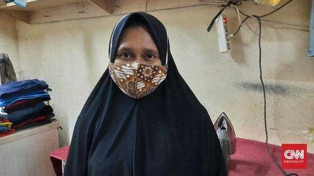 Sarni Sukmawati (34), pemerja di tempat laundry bimbang dengan rencananya melakukan mudik, Kamis (6/5). Ia khawatir tidak bisa bertemu kakek dan neneknya yang sudah tua lagi. Namun, ia takur pulang membawa virus.