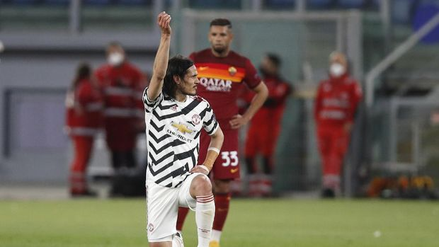 Manchester United's Edinson Cavani celebrates after scoring his side's opening goal during the Europa League semifinal, second leg soccer match between Roma and Manchester United at Rome's Olympic stadium, Italy, Thursday, May 6, 2021. (AP Photo/Alessandra Tarantino)