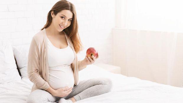 Ibu hamil makan buah