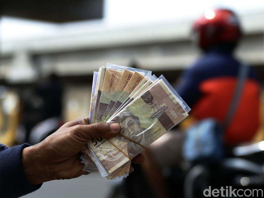 Jelang Lebaran, Jasa Penukaran Uang Marak di Kalimalang