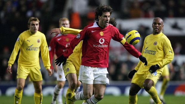 MANCHESTER, UNITED KINGDOM - NOVEMBER 22:  Ruud Van Nistelrooy of Manchester United chases a loose ball during the UEFA Champions League match between Manchester United and Villarreal at Old Trafford on November 22, 2005 in Manchester, England.  (Photo by Alex Livesey/Getty Images)