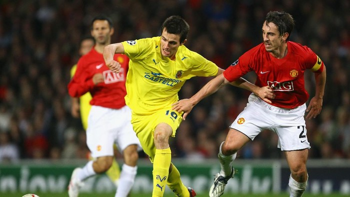 MANCHESTER, UNITED KINGDOM - SEPTEMBER 17:  Cani of Villareal battles for the ball with Gary Neville of Manchester United during the UEFA Champions League Group E match between Manchester United and Villareal at Old Trafford on September 17, 2008 in Manchester, England. (Photo by Alex Livesey/Getty Images)