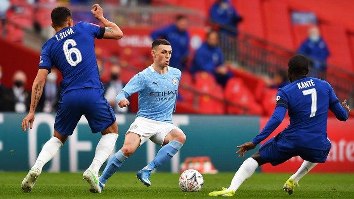 LONDON, ENGLAND - APRIL 17: Phil Foden of Manchester City takes on Thiago Silva of Chelsea and NGolo Kante of Chelsea during the Semi Final of the Emirates FA Cup match between Manchester City and Chelsea FC at Wembley Stadium on April 17, 2021 in London, England. Sporting stadiums around the UK remain under strict restrictions due to the Coronavirus Pandemic as Government social distancing laws prohibit fans inside venues resulting in games being played behind closed doors.  (Photo by Ben Stansall - Pool/Getty Images)
