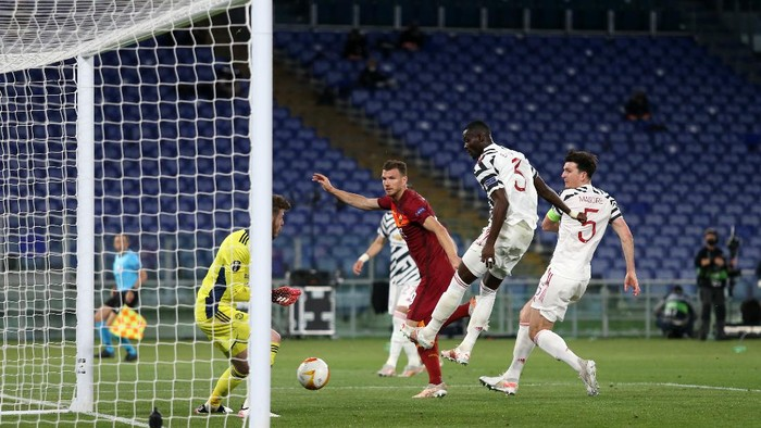 ROME, ITALY - MAY 06: Edin Dzeko of A.S Roma has a shot saved by David de Gea of Manchester United during the UEFA Europa League Semi-final Second Leg match between AS Roma and Manchester United at Stadio Olimpico on May 06, 2021 in Rome, Italy. Sporting stadiums around Europe remain under strict restrictions due to the Coronavirus Pandemic as Government social distancing laws prohibit fans inside venues resulting in games being played behind closed doors. (Photo by Paolo Bruno/Getty Images)