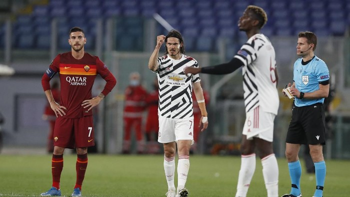 Manchester Uniteds Edinson Cavani, center, celebrates after scoring his sides opening goal during the Europa League semifinal, second leg soccer match between Roma and Manchester United at Romes Olympic stadium, Italy, Thursday, May 6, 2021. (AP Photo/Alessandra Tarantino)