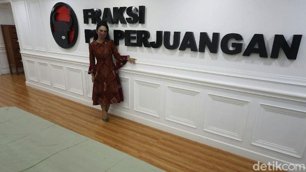 Pesona dan Kontroversi Wakil Rakyat Krisdayanti