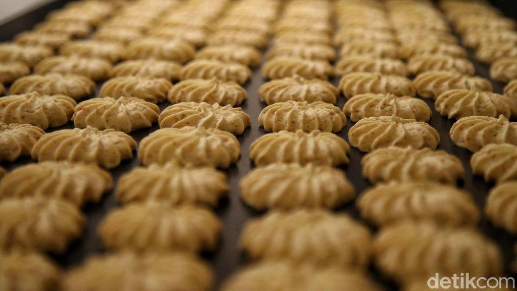Mengintip Proses Pembuatan Aneka Kue Lebaran di Jakarta Utara