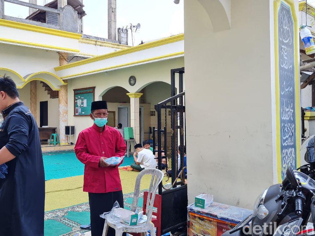Jadi Duta Masker, Nawir Kini Bagi-bagi Masker ke Jemaah Salat Jumat