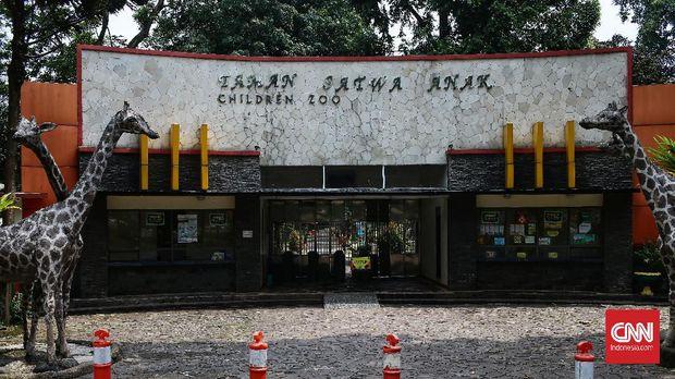 Pengunjung yang berada di kawasan TM Ragunan, di wajibkan mengikuti protokol kesehatan Covid-19, dengan 5M. Jakarta, Minggu (2/5/2021). CNN Indonesia/Andry Novelino