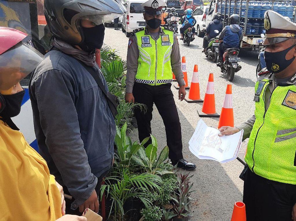 Ibu Hamil Tua Nekat Naik Motor Tangerang-Brebes Meski Dilarang Polisi