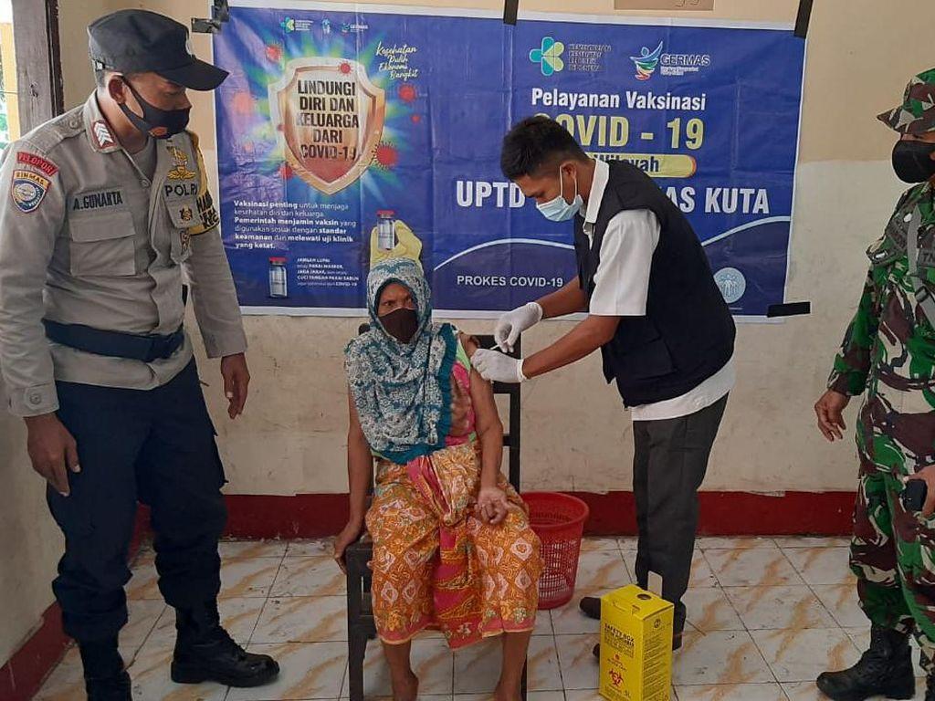 Vaksinasi Lansia Tahap 1 di Lombok Tengah Capai 5.202 Orang