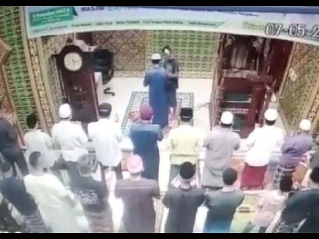 Rekaman CCTV Imam Masjid Dipukul Saat Salat Subuh di Pekanbaru