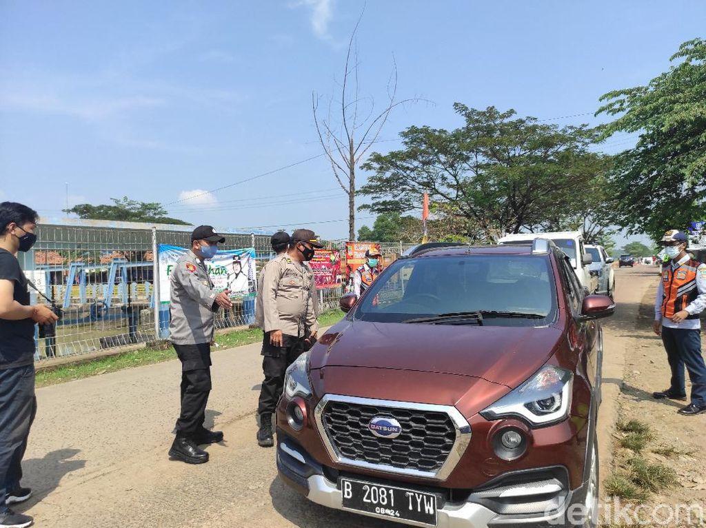 Jalur Tikus di Bekasi Disekat, Puluhan Kendaraan Menuju Karawang Diputar Balik