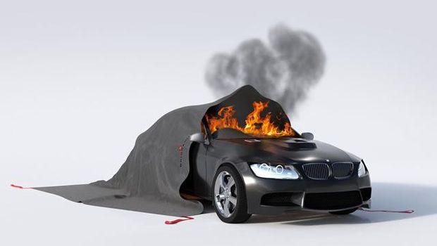 Selimut api buatan Bridgehill dapat api saat insiden mobil terbakar dengan cepat.