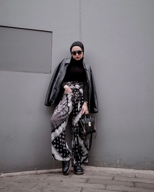 Soraya Ulfa dengan mix and match atasan hitam dan celana batik/instagram.com/sorayaulfa15