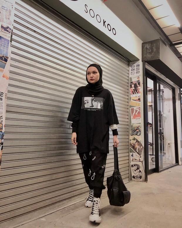 Soraya Ulfa mengenakan t-shirt hitam oversized/instagram.com/sorayaulfa15