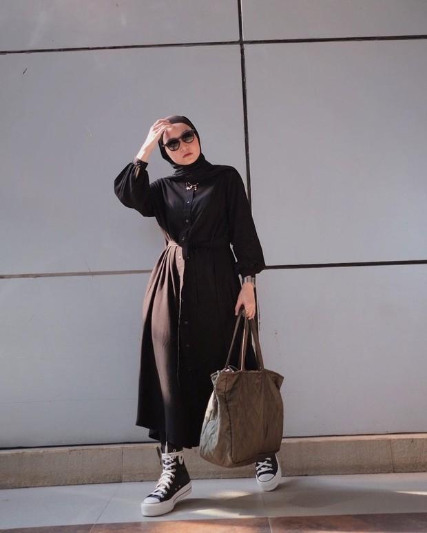 Soraya Ulfa mengenakan dress hitam detail ikat di bagian pinggang/instagram.com/sorayaulfa15