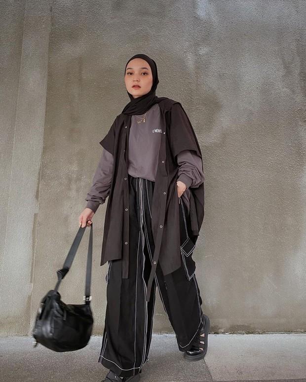 Soraya Ulfa mengenakan tio skirt pants hitam dan outer hitam/instagram.com/sorayaulfa15