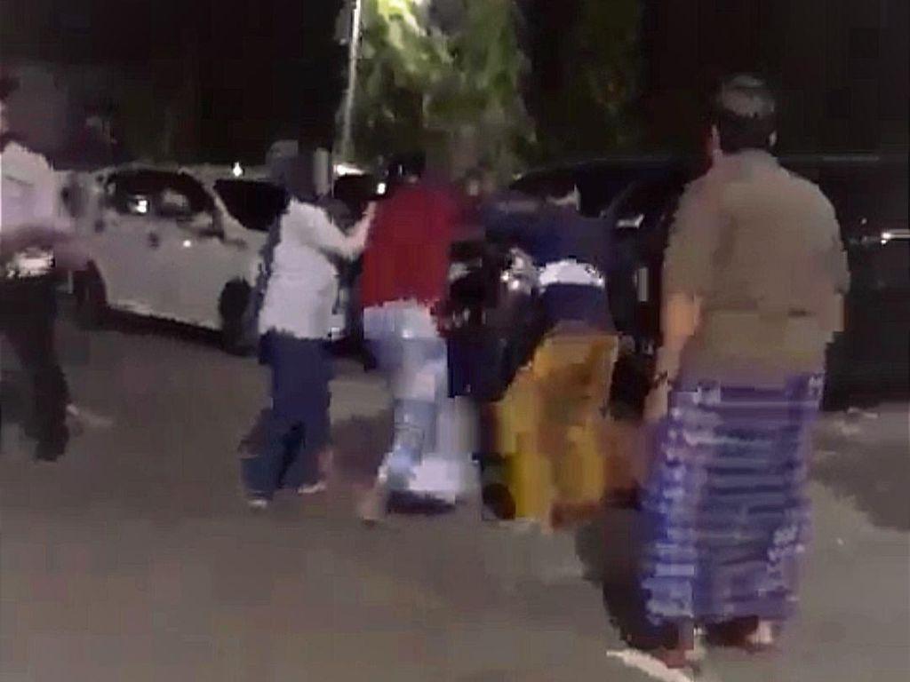 Pria Sulsel Adu Jotos di Halaman Masjid, Sebabnya Istri Semobil Selingkuhan